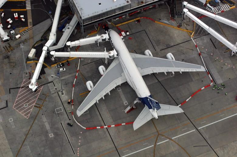 A380 Airbridge Melbourne (ID 2704).jpg