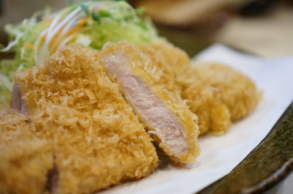The more you chew, sweetness and umami increases.  Whenever I want to eat a great tonkatsu, Tonta takes over by brain.  噛めば噛むほど甘みと旨みがましてくる。美味いとんかつ食べたいなーと思うと、とん太が脳を占領する。