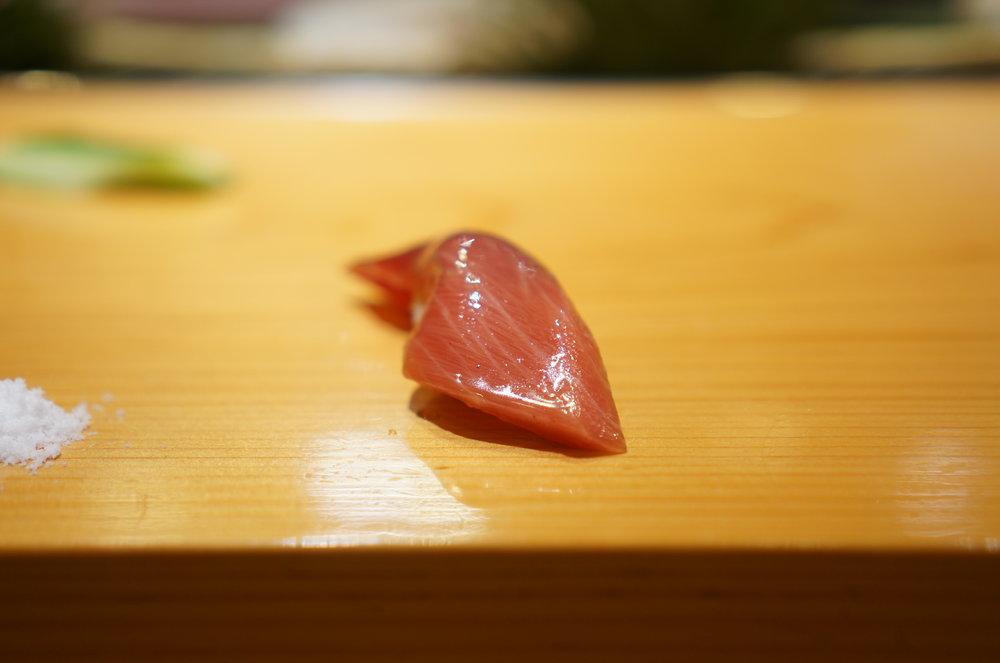 Marinated medium fatty tuna is also different from Edomae style and it's one of the favorites by the regulars  中トロのヅケも使用している醤油が違うためか、江戸前のヅケとは違う。多くの常連が一番好きなヅケだと