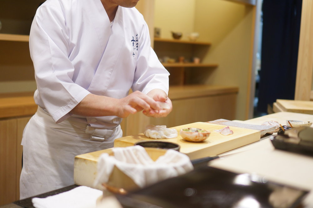 The chef's personality and polished skill is one of many beauties of Sugita.  Keeping a sharp eye on what goes on in the room, but he serves sushi with a charming smile.  大将の人柄も、すぎたの素晴らしさのひとつ。熟練の業。店のすべてを見通す目。でも、本当に人懐っこい笑顔で寿司を出してくれる。