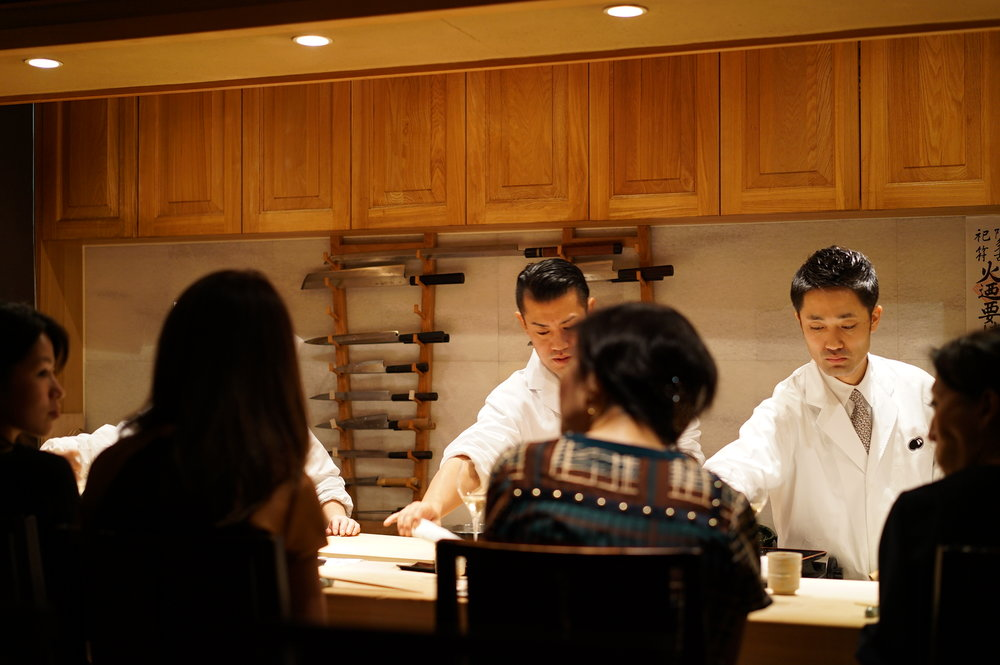 Trained at Kyoaji, owner chef Jun Kurogi keeps a sharp eye on how other chefs are preparing the food, but is also very attentive to all of his customers whether they are sitting at the counter or at a table.  『京味』出身の大将、黒木純氏は料理に厳しく目を光らせながらもカウンターやテーブルの多くの客に対する気配りも素晴らしい。