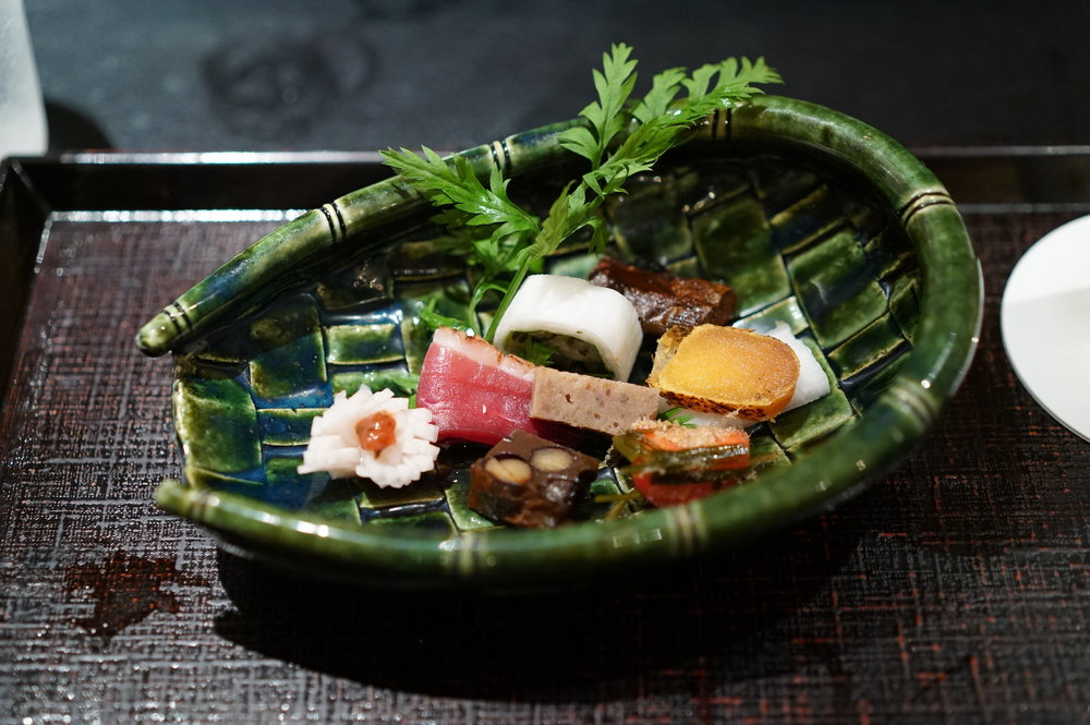 The way hassun (appetizers made of ingredients from the sea or mountains) isn't flashy at all but each piece has been taking a good amount of time to prepare and is keenly delicious.  八寸の見せ方は決して派手ではないが、ひとつひとつに手間をかけていて、どれもがしみじみ美味しい。