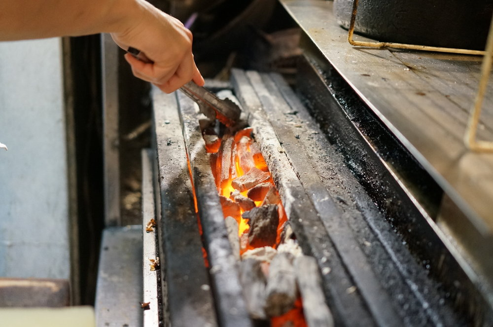 Quality of chicken is obviously supreme, and using the best charcoal available. But most of all the grilling technique is perfect, which locks all of the chicken's umani inside the chicken.  肉自体の質ももちろん素晴らしいのですが、とても良い炭を使用して焼いていて、火入れの技術が完璧なので、肉の旨みを逃していません。