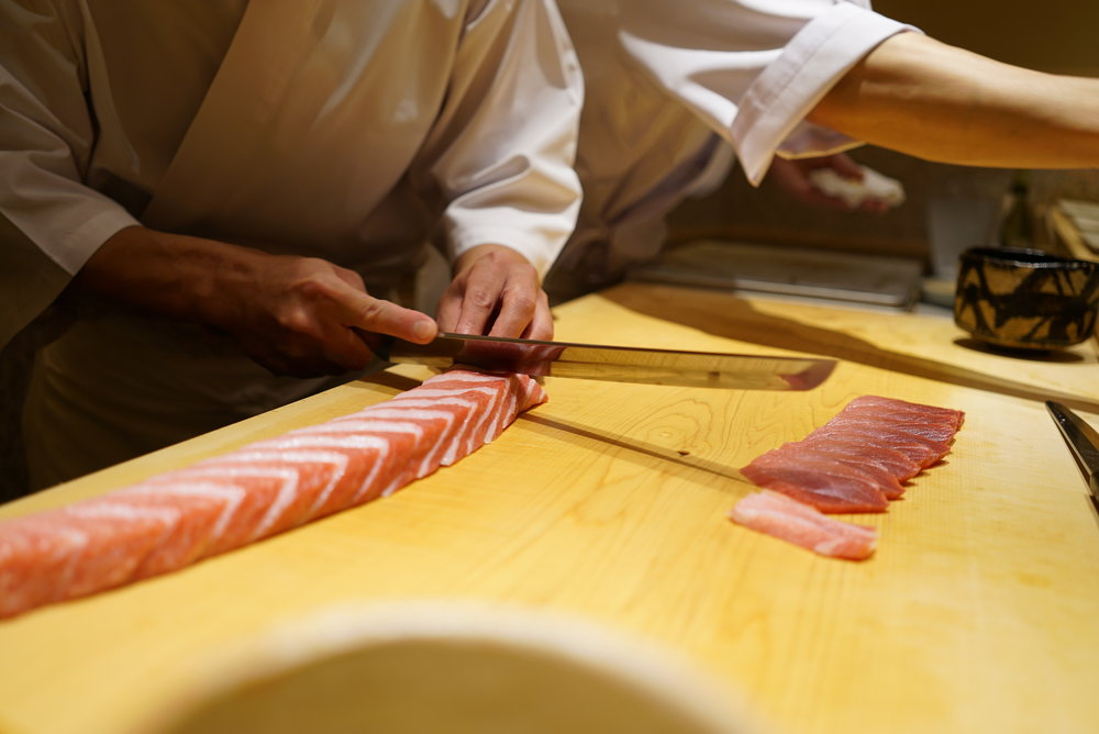 After some appetizers, chef Saito starts cutting the fish with his masterful technique. Once he cuts the fish with his amazing technique, he leaves the fish for awhile to bring it to room temperature. And when he finally combines it with the rice, it perfectly blends in your mouth.  つまみの後は、いよいよ斎藤さんの見事な切りつけが始まります。この切りつけがとても大事で、切った魚をしばらく置くことで室温に戻り、シャリと合わせて口の中に入れた時に完全に融合。