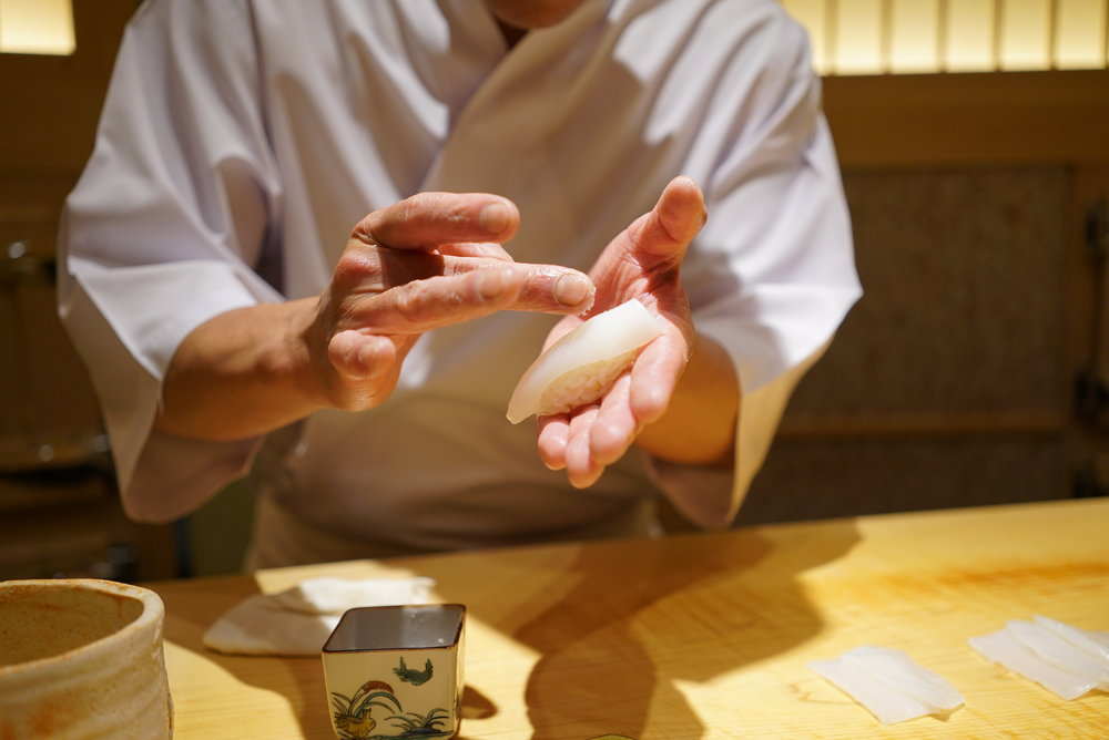 He almost moves like a dancer when he is making the sushi. After putting a piece in front of you, he stares at it for a split second before making the next one. His concentration is something you won't find in many other sushi chefs.  まるでダンサーのように鮨を握る斎藤さん。そして鮨を置いた後にその一貫を見る視線が凄いこと。他の寿司職人ではなかなか見られないとてつもない集中力!