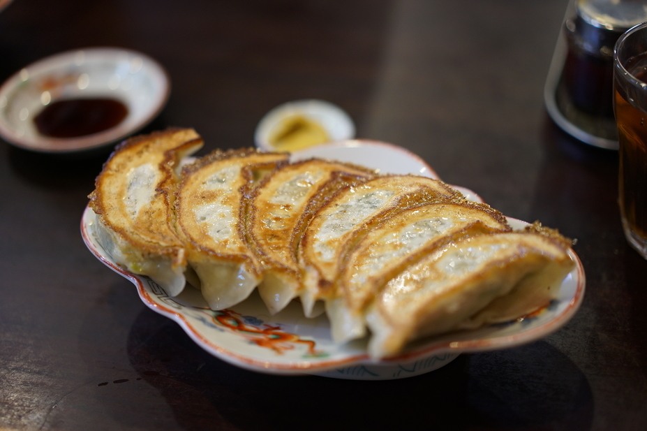 There are many famous gyoza restaurants in Tokyo, but if someone asked me which one is the one operated by an old couple, the only restaurant I can think of is Azumatei.  It has been open for several decades but the first time I visited the place was only 3 years ago.  But since then I have regularly been dining here even though they are open for only a few hours during lunch time.  (They are currently closed for lunch and takeout only between 17:00〜19:00, but will reopen for lunch in the near future so call them before you go)   東京には数多くの餃子の名店はあるが、昔から夫婦でお昼のみ営業しているのは、東亭以外思い浮かばない。お店がオープンしてからは数十年経つのだが、初めて訪問したのは3年前である。しかし、初訪問以来、営業時間が数時間しかないにも関わらず、定期的に通っている数少ないお店である。