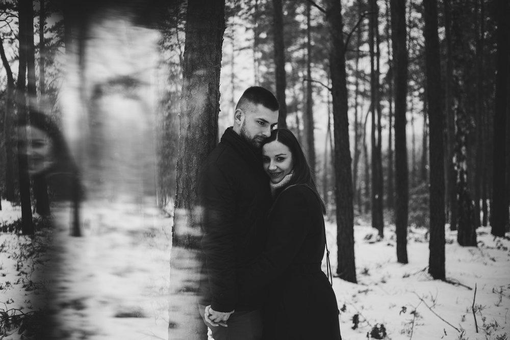 Sesja narzeczeńska Mateusza i Ani w lesie w Otwocku