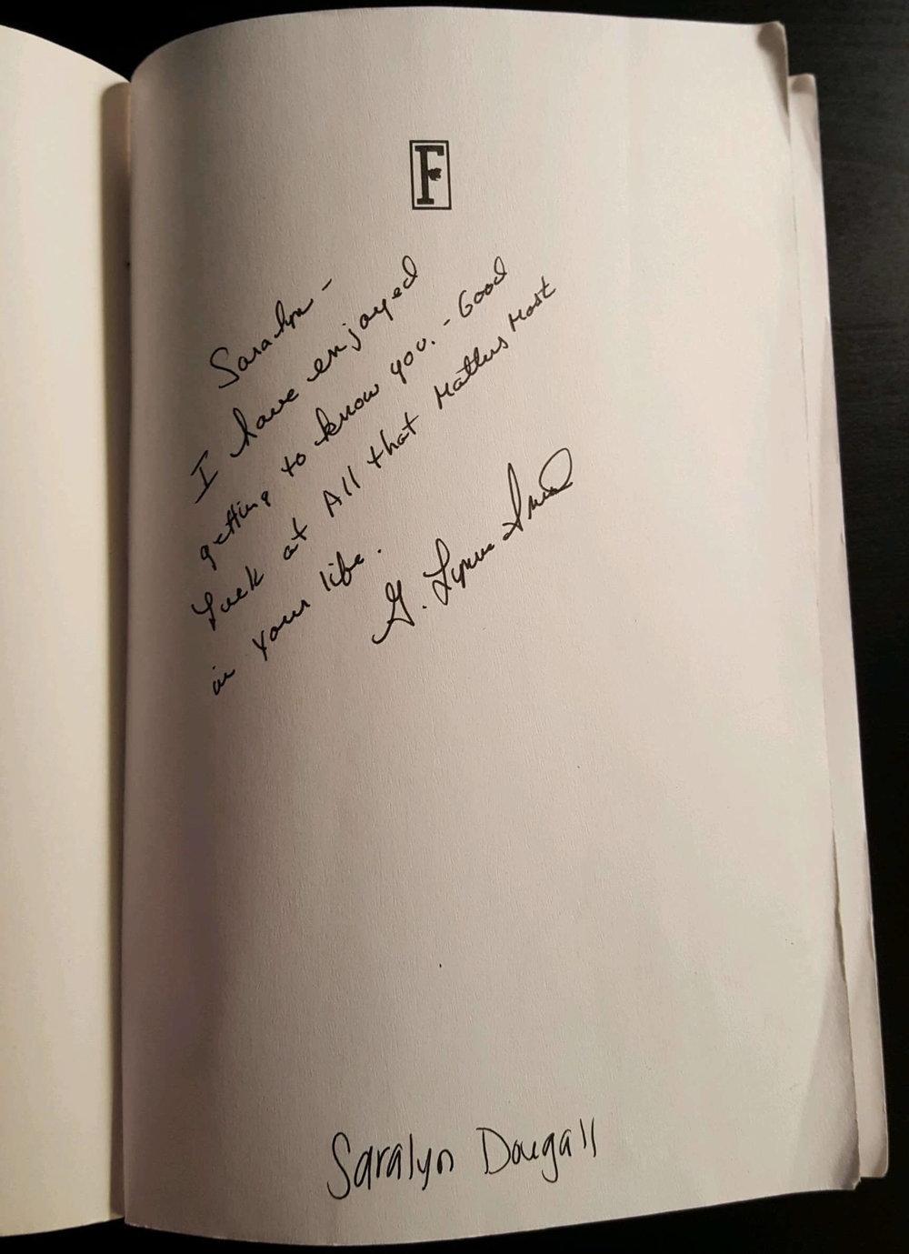 Livre avec des marques d'écriture