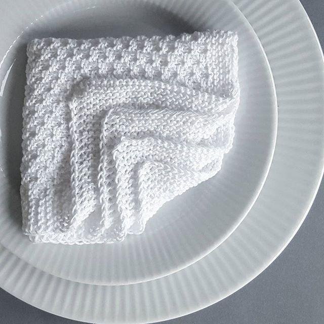Fine strikkede servietter har fundet vej til middagsbordet 🍷🌿 #fingerferm