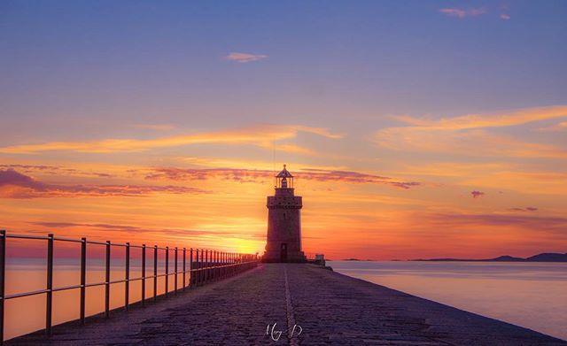 #castlecornet #locateguernsey #sunrise #sunrise #nategeoyourshot #yourshotphotographer #thepeoplescreative #fujilove #fujifeed #lighthouse #breakwater @visitguernsey @locateguernsey #sunsetsandsunrises #justgoshoot
