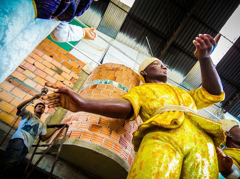 Na foto Andrew Viana, de 31 anos, natural de Parintins, em seu sexto carnaval em São Paulo, trabalhando como pintor. Foto Tiago Queiroz