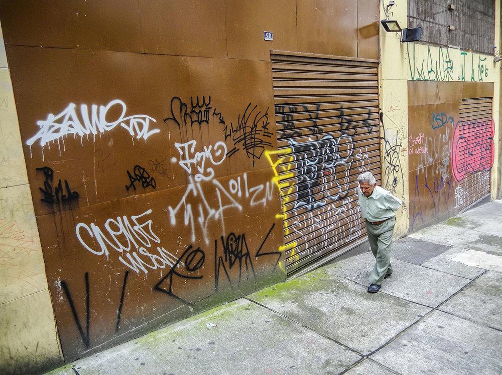Pichações e grafites na região da Avenida Prestes Maia. Foto: Tiago Queiroz