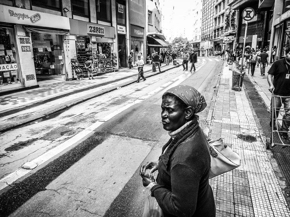 Mulher na rua 7 de Abril. Fotos da cidade de São Paulo produzidas com celular Motorola. Foto: Tiago Queiroz