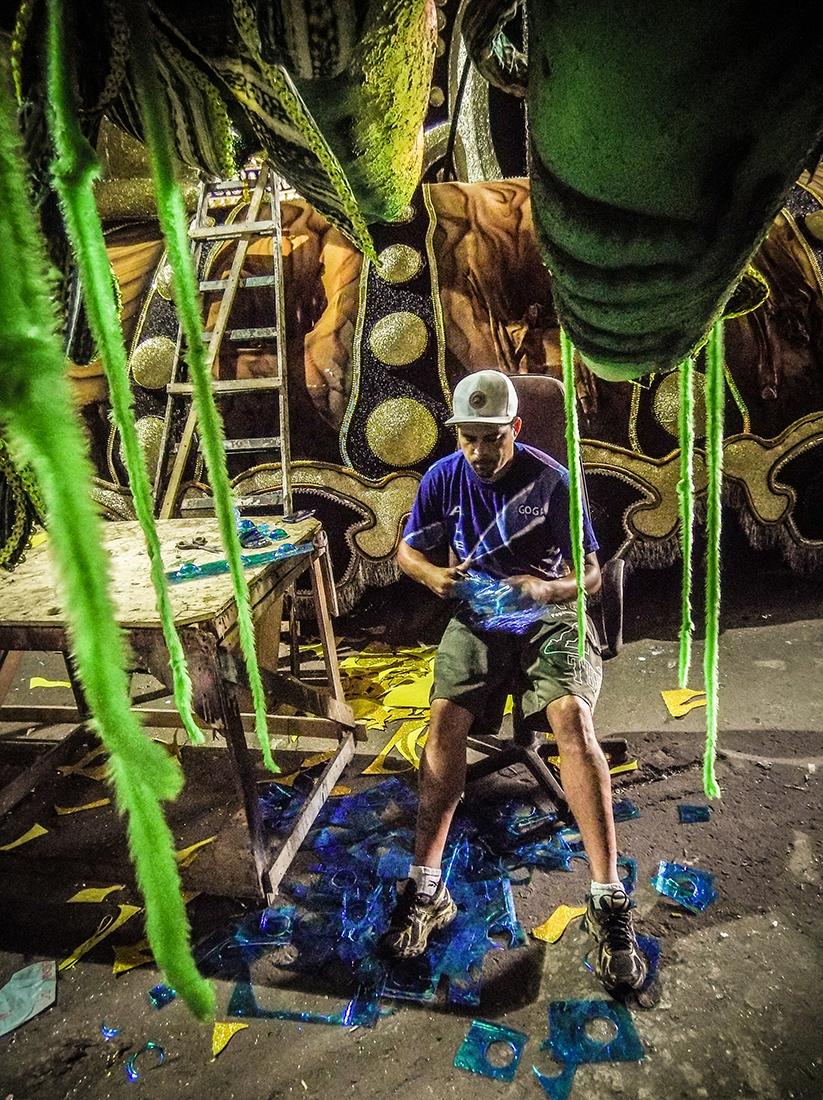 Na foto Douglas Nascimento, de 35 anos. Barracão da escola de samba Império da Casa Verde. Foto: Tiago Queiroz