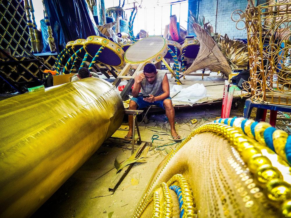 Last adjustments in the samba floats of Unidos de Vila Maria Samba Community, in the North zone of São Paulo. Photo: Tiago Queiroz