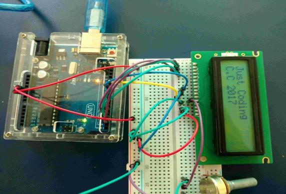 ARDUÍNO - Aula de Eletrônico e Programação com Arduíno. Neste projeto, as luzes piscam na ordem, do vermelho para o verde, depois piscam de volta.