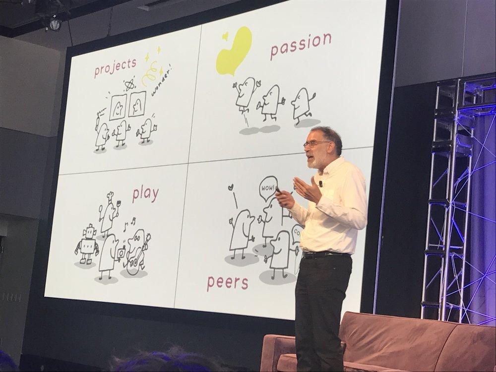 Mitchel Resnick, criador do SCRATCH, coordenador do Lifelong Kindergarten Lab, mostrando os 4 P's na Keynote de abertura da conferência.