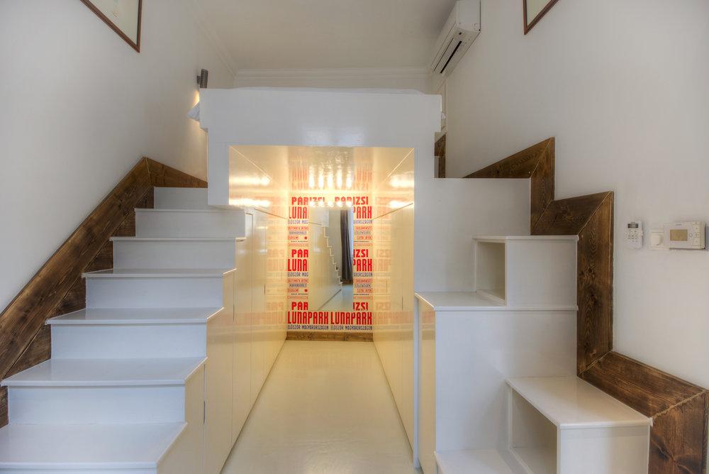 apt17-stairs.jpg