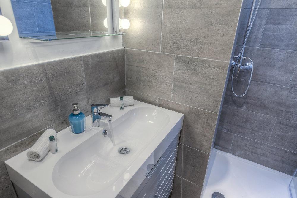apt18-bathroom.jpg