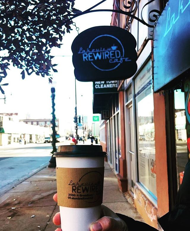 Nothing like a Monday brew from the local hood ☕️. Visit one of our favorite #localbusinesses in Chicago, @lakeviewrewired — and be sure scope out their 90's Trivia Night tomorrow! 📷 credit: @eyeris10