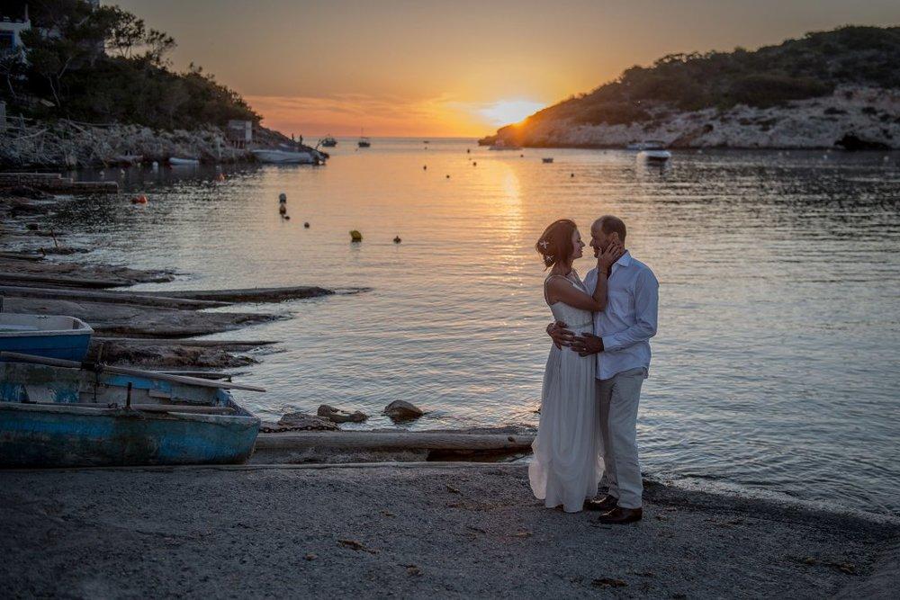 Wedding couple outside Los Enamorados