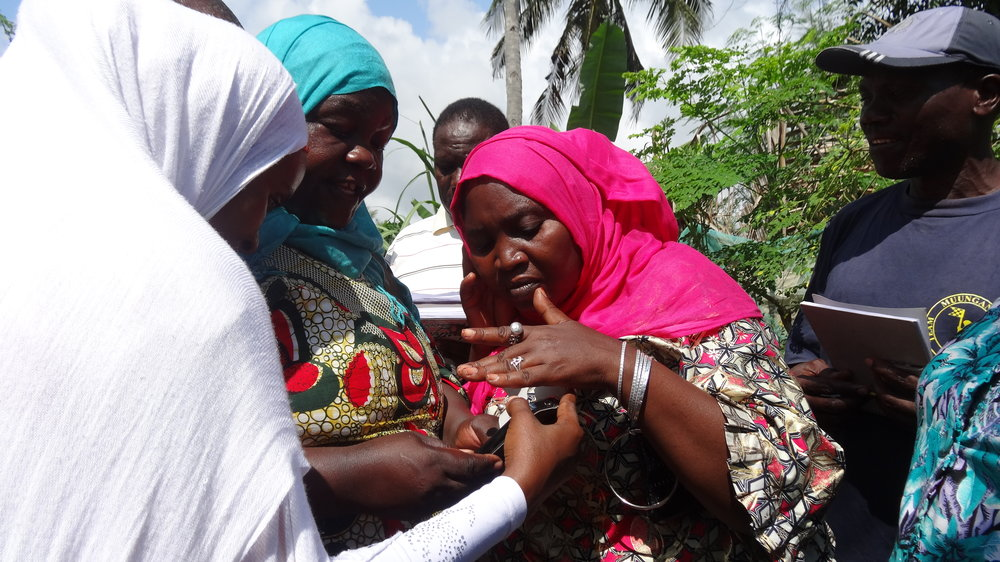 mama-fatuma-demonstrates-gps-app-to-fellow-federation-members_11995497136_o.jpg