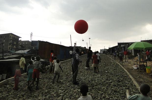 Mappers launch an air balloon in Mathare, Nairobi. Photo: Sohel Ahmed, DPU, UCL.