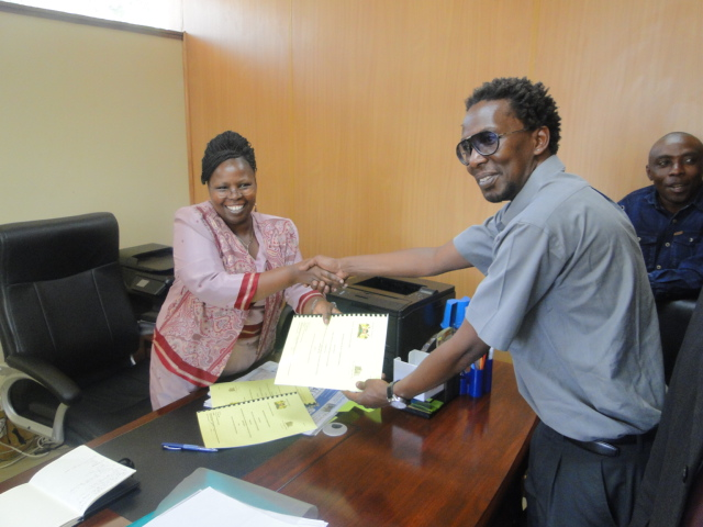 Jack Makau of SDI and Hon. Esther Njuguna of Kiambu County,Kenya Government Exchange signed copies of the MOU.|File photo