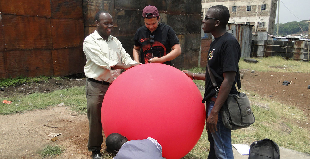 Researchers and Muungano members controlling the pressure and gas volume of the air balloon. Photo: Muungano wa Wanavijiji