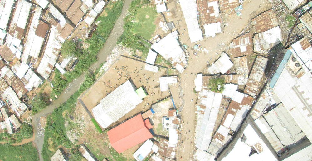 Aerial view of the settlement and Mathare's river bank. Photos taken at this height show the level of urban density of the area and allow to spot the presence and size of public spaces.