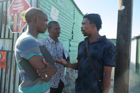 In Sheffield Road: Rashid and Samuel (Kenyan Federation) in discussion with Lulama (ISN leader for Philippi region)