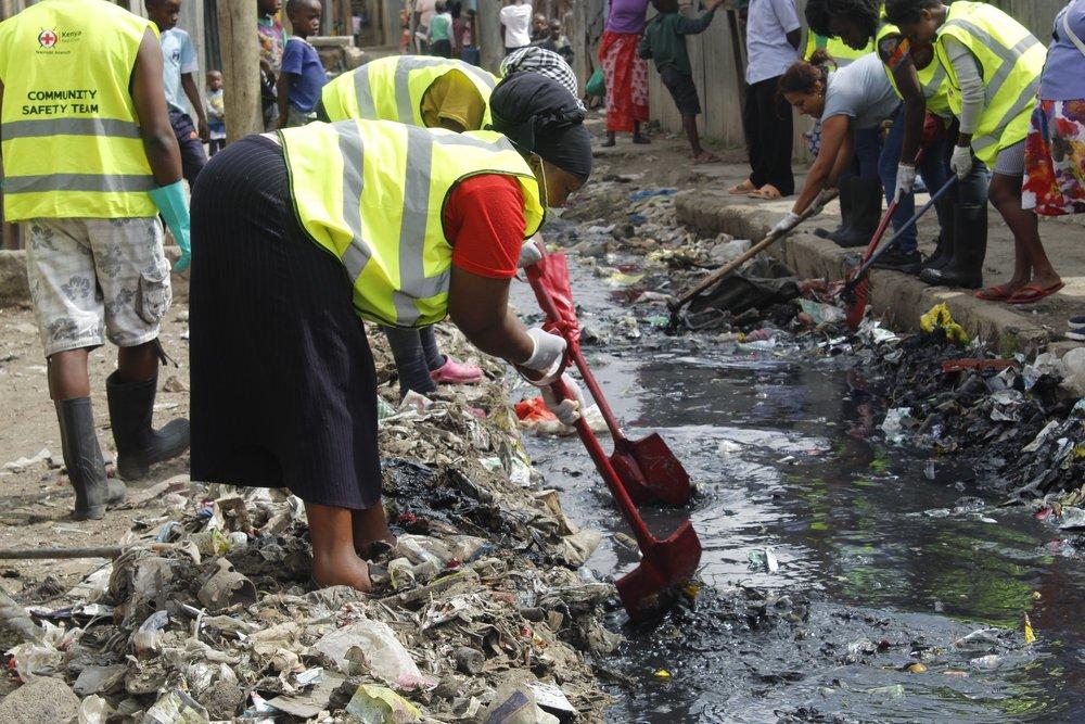 Mukuru Kwa Reuben residents and Muungano federation members from across Nairobi unblocking one of the neighbourhood's drains. Photo: Muungano KYCTV