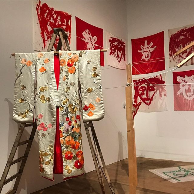 Joan Jonas @tate 👘 ❤️ . . . #performance #performanceart #womenartists #tatemodern #painting #contemporaryart #installation #stories #folklore #props #drawing #film #cinema