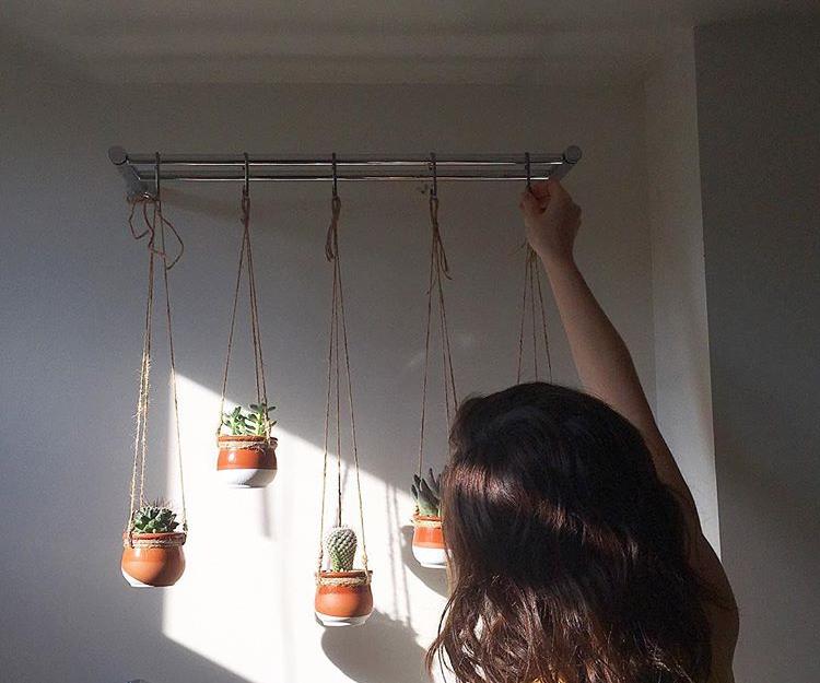 Petits pots suspendus pour la vitrine d'un commerce