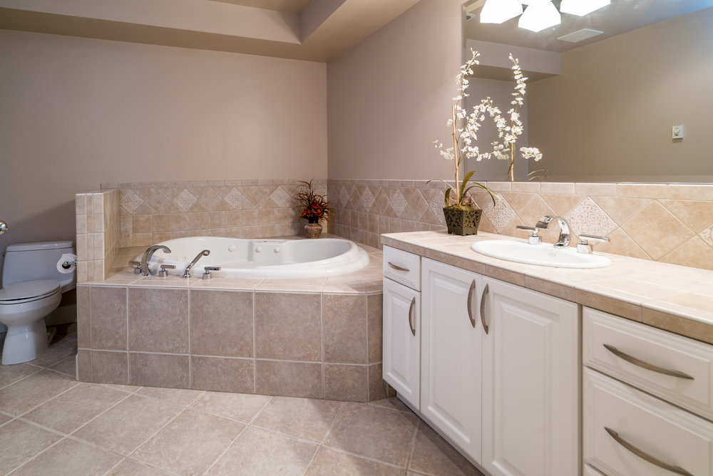 21. Downstairs guest bath.jpg