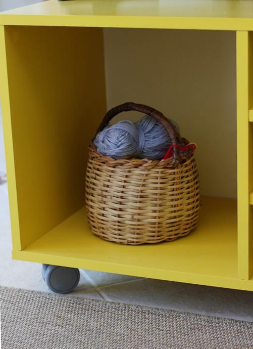 essa que fica no rack da sala guardando esses novelos de lã é uma das minhas preferidas. é uma daquelas coisas que só de olhar a gente já acha aconchegante.