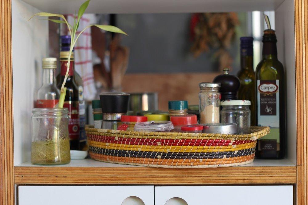 mais vidrinhos de tempero! e como deixar tudo organizado e bonito ao mesmo tempo? com um cesto!