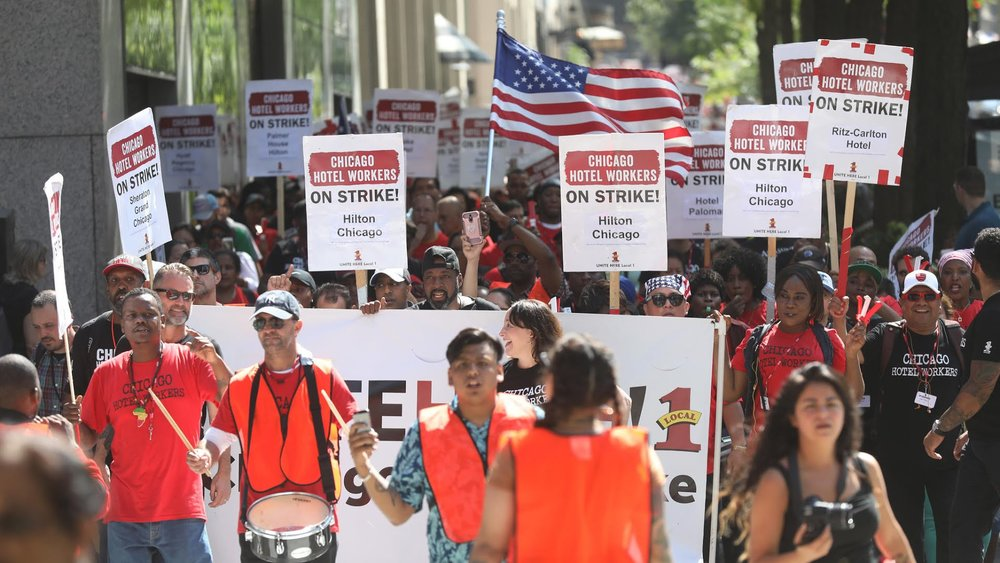 Workers picket in front of hotels around the city of Chicago. (Chicago Tribune)