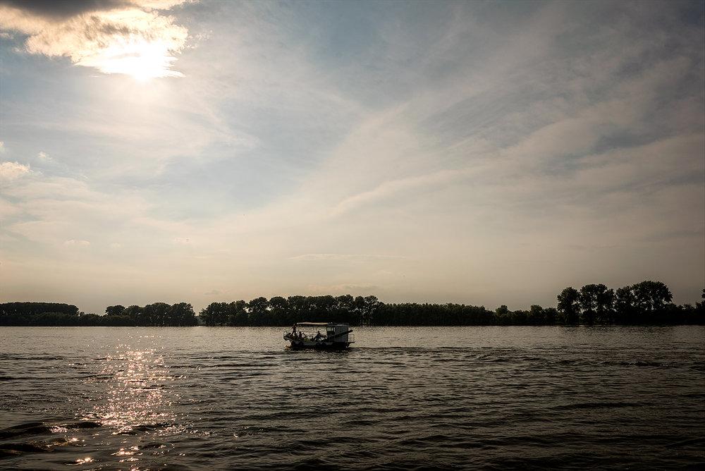 în prima zi plecăm cu vaporul din Tulcea, spre locul de campare din primele două nopţi