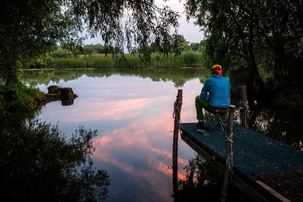 seara Dodi îşi încearcă norocul la pescuit