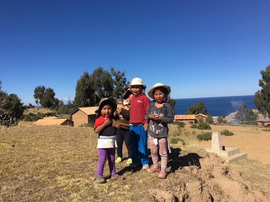 copii fericiți pe insula Amantani de pe lacul Titicaca