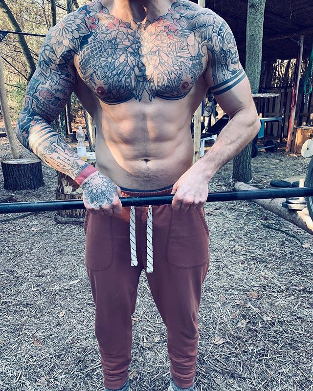I come to the understanding that strength training is part of my spiritual Practice and duty!!! And i believe the future belongs to the warrior soul who is ready to take over and dominate his territory....with love💗 🔥🌴🕉🥥 #tribe #power #om #spirit #vibration #frequency #awakening #mission #training #lifting #transformation #justdoit