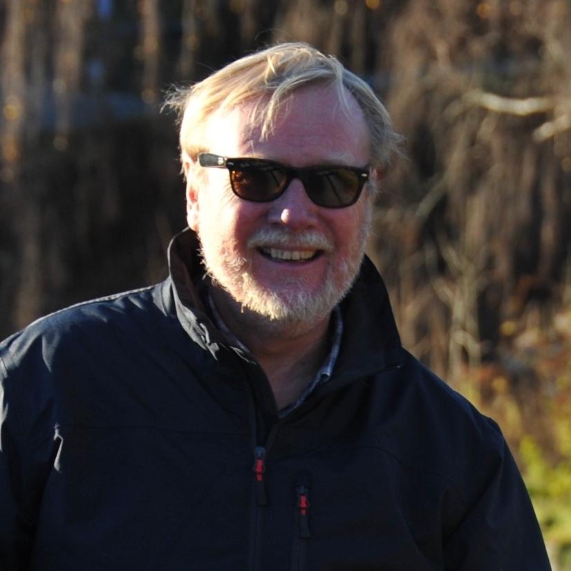 Jan Erik Næss    Hvem er du?  Jan-Erik Næss, reist 64 ganger rundt sola og har flyttet fra Oslo til Åros i det som nå skal hete søndre Asker. Gift, to voksne sønner og er også blitt farfar. Jeg jobber stort sett med styreverv og noe eiendomsutvikling samt mentorvirksomhet for grundere gjennom Innovasjon Norges mentor program. Har en fortid som leder av markedskommunikasjonsbedrifter i 25 år før jeg gikk inn som Generalsekretær i KNS i 13 år fra 2001 til 2014.  Dette for å forfølge min lidenskap for seiling,samtidig som jeg kunne opprettholde mine styreverv. Jeg har var styreleder i Sunnaasstiftelsen i 12 år (2007-2018).   Hva brenner du for?  Som leder av KNS kom jeg tidlig i kontakt med seiling for funksjonshemmede. Jeg ble fascinert av hvor bra denne idretten passet for folk med ulike funksjonsnedsettelser. I visse klasser ville selv de beste funksjonsfriske ha problemer med å slå våre Paralympics seilere. Å få anledning til både og bidra til- og å følge utøverne frem til medaljer var en stor inspirasjon og ga meg troen på at alt går an bare vi er flinke til å motivere psykisk og å tilrettelegge fysisk.  Jeg brenner derfor for alle tiltak som forkorter veien fra skade og initiell rehabilitering frem til (full)verdige liv. Arbeidet for Sunnaasstiftelsen gav meg rikelig med anledninger til å bidra til denne prosessen.   Hva kan du bidra med i stiftelsen?  Foruten at jeg har bred styrerfaring fra en rekke bransjer har jeg også et ganske stort nettverk som gir tilgang på dører som ellers ville vært lukket. Min bakgrunn innen markedskommunikasjon har vel også kommet til nytte gjennom årene.  Styret i stiftelsen velger sin egen leder så jeg er stolt over at en så kompetent gjeng gav meg denne tilliten gang på gang i en årrekke.   Hva gjør du på fritiden?  Foruten seiling setter jeg pris på å være på vår lille gård ved storhavet på Andøya i Vesterålen som vi kjøpte i 2009. For min kone og meg er det fantastisk eksotisk og kunne bo der noen uker av gangen gjennom året. Se
