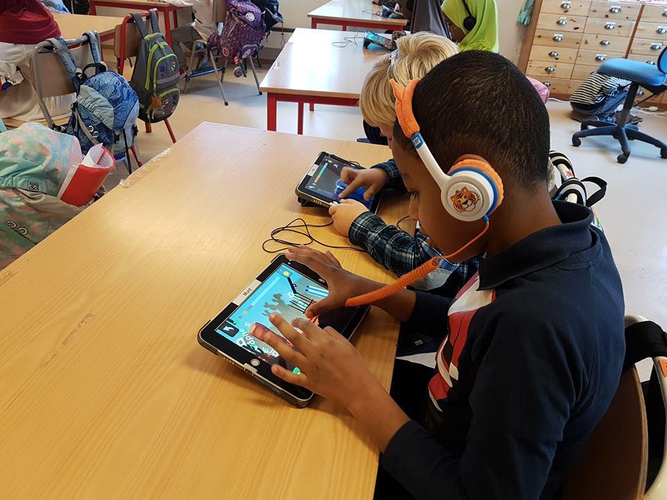 Elever i fjordårets førsteklasse på Os skole er dypt konsentrerte i lesespillet Poio.