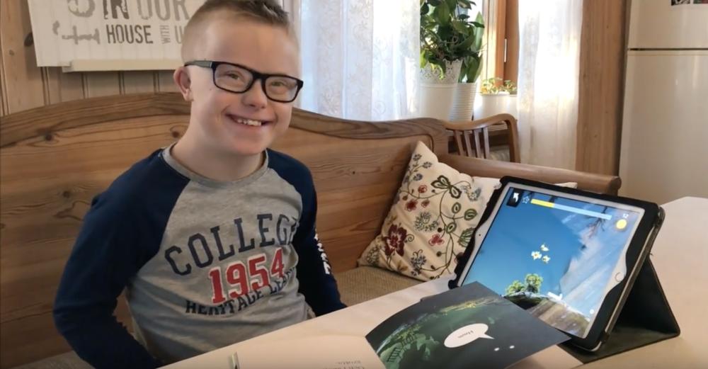 Max øver gjerne på lesing med både lesespillet Poio og boken Poio og Leslingene. Foto: Utklipp fra video på  deres YouTube kanal, Max Liv.