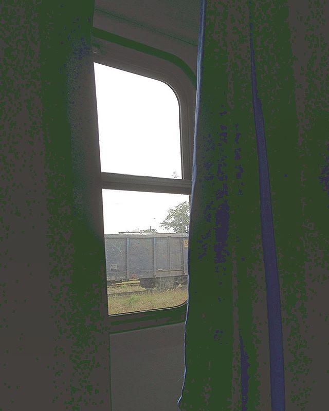 Train dé-passés.  #gdansk #fenetre #rideaux #urbex #train #trip #warsaw  #fin #picoftheday