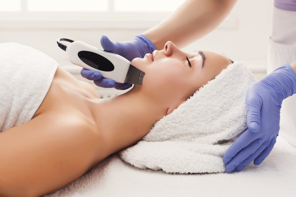 woman-getting-facial-treatment-at-beauty-salon-P4KKEW3.jpg