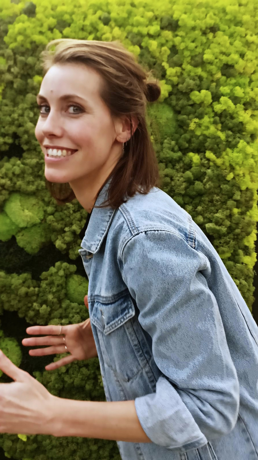 Mireille   biomimicry architect - Waar Mireille komt, veranderen gebouwen in groene gezonde oases. Als architect werkt ze vanuit de principes van biomimicry en biofilie, want de natuur is de beste basis voor elk gebouw of ontwerp. Als je Mireille hoort praten over architectuur verandert je blik met haar mee. Je snapt niet dat er nog zoveel grijs om ons heen is.Ze ontwierp de Greennest Gallery en werkt nu strak samen met Karima op groenconcepten tot complete kantoorinrichtingen. Mireille woont zelf temidden van het groen met een moestuin aan huis. Voor binnen houdt ze van een wat stoerdere plant met stevige bladeren zoals een Anthurium jungle king.
