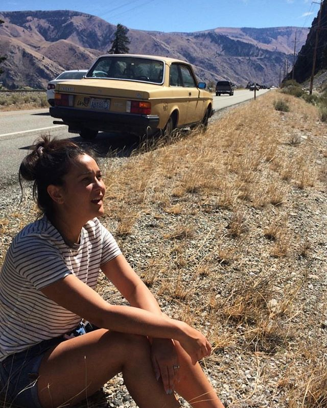 Who makes being broken down in the middle of nowhere look this good? Only @larissajxn. Striped tee on the site and on SALE 🖤