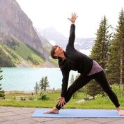 YOGA LAKE LOUISE .jpg